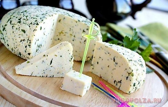 Адыгейский сыр не рекомендуется вводить в рацион малышей до 10 месяцев